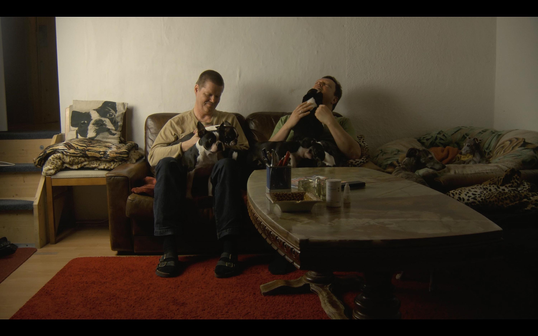 Das Züchterpaar Thomas und Bernd mit ihrem Rudel auf dem Sofa